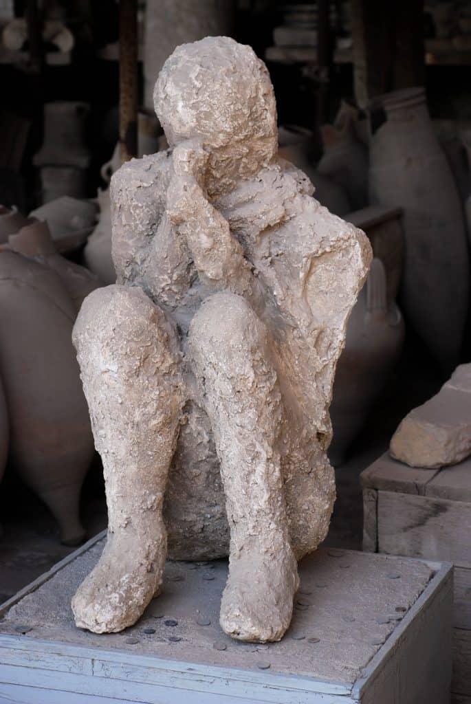 Visitare Pompei - Gli scavi: calco di un uomo rannicchiato